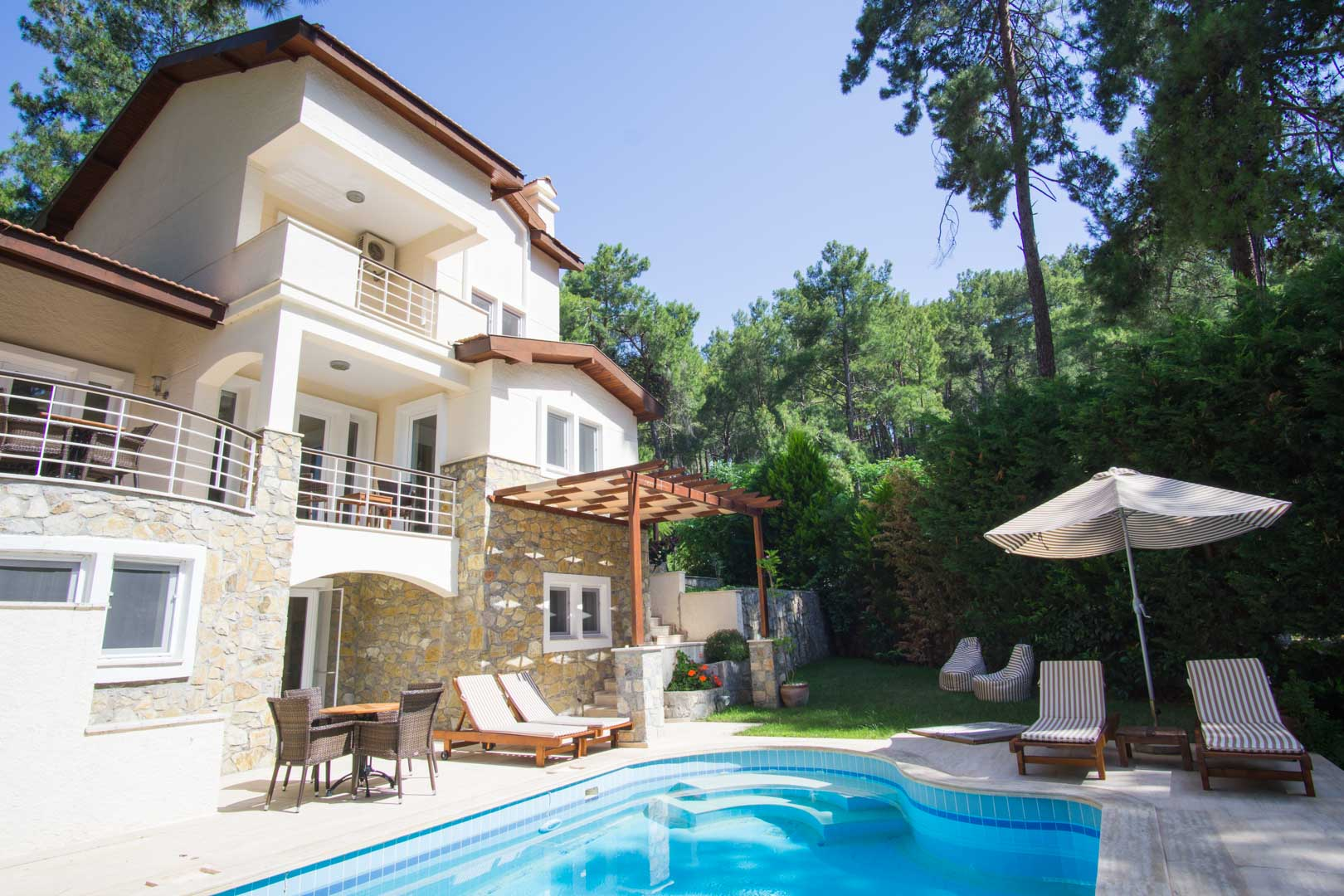 Sleep Up To 10 Delightful Villa For Rent In Forest