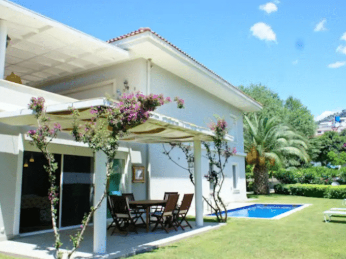 Seafront Rental Flat with Private Pool and Garden